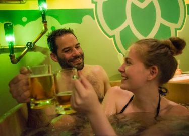 Hihetetlen, de igaz: sörben fürödhetsz a Szecskában